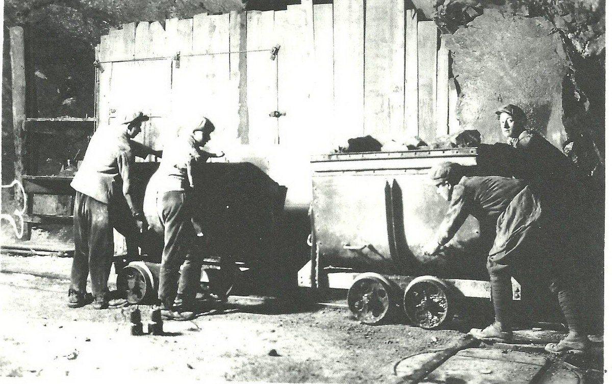 1930-app-scarico-dei-vagoncini-nel-pozzo-di-gettito-licone-colonna-mb