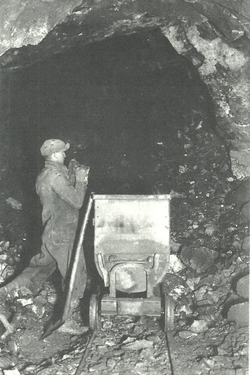 1934-app-operazione-di-caricamento-di-un-vagoncino-da-1800-2000-kg-mb
