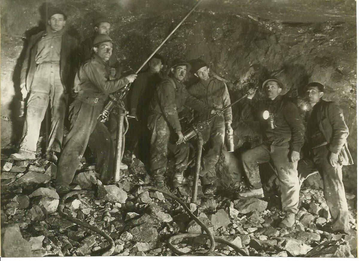 gruppo-minatori-in-posa-amc