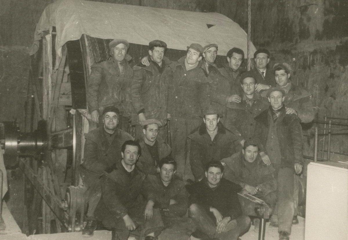 gruppo-operai-davanti-al-tamburo-dell-argano-dello-skip-ca-12