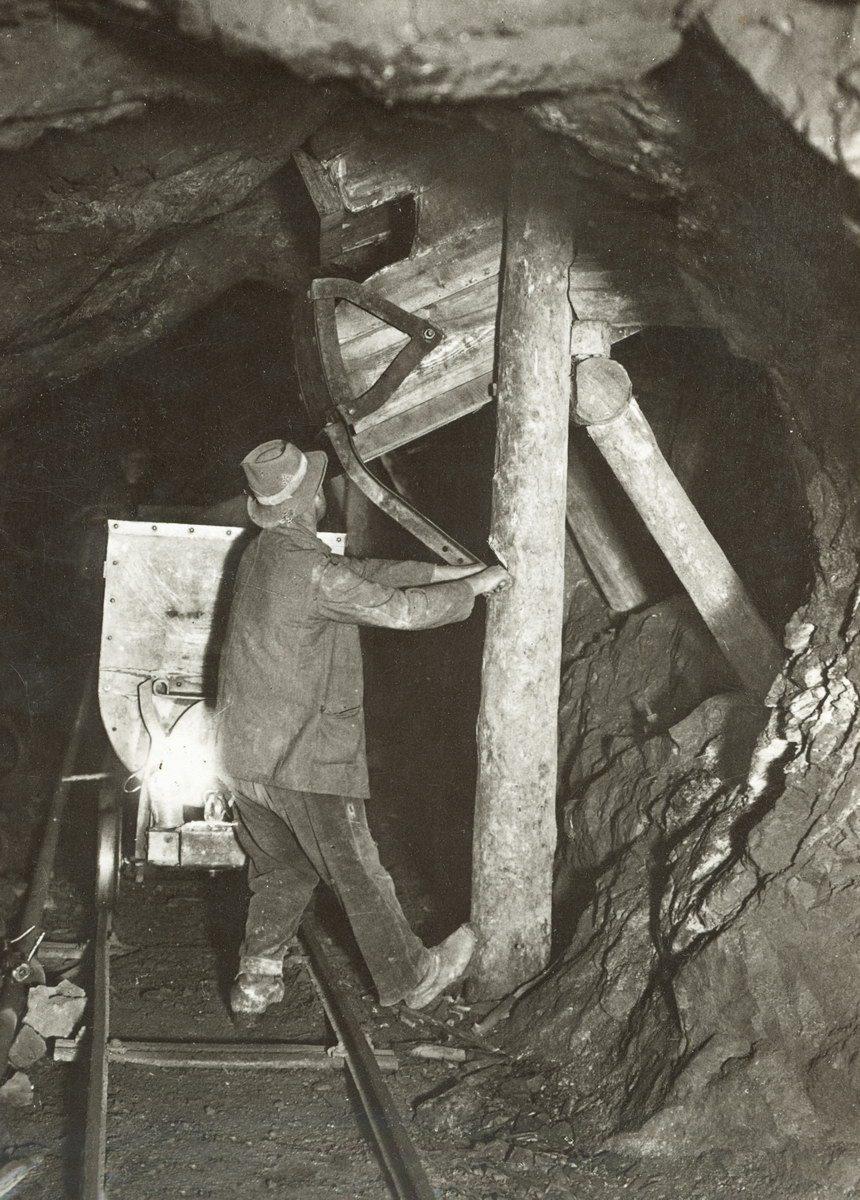tramoggia-di-caricamento-in-galleria-1925-30-amc